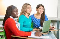 Mädchen im Unterricht in Schule