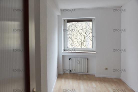 Leerer Raum als Zimmer mit Fenster in Altbauwohnung