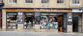 Whiskygeschäft in der Royal Mile in Edinburgh in Schottland