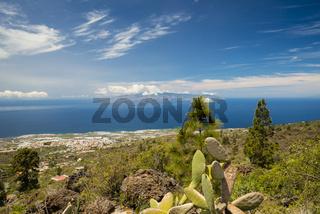 Panorama vom Mirador de Chirche über Guia de Isora und Playa de San Juan auf die Westküste, dahinter die Insel Gomera, Teneriffa, Kanarische Inseln, Spanien, Europa