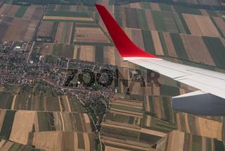 Blick während des Fliegens auf die Landschaft  - Vogelperspektive