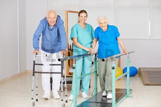 Senioren machen Lauftraining bei Physiotherapie
