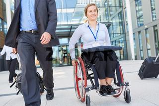 Behinderte Geschäftsfrau im Rollstuhl bei der Abreise