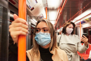 Fahrgäste mit Mundschutz wegen Covid-19 Pandemie