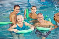 Familie macht Aquafitness im Schwimmbad