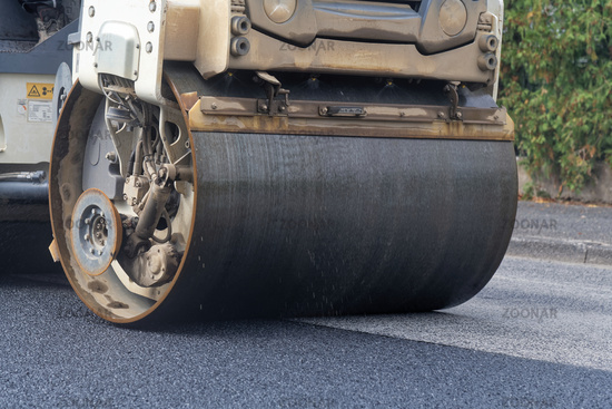 Tandem roller on the new pavement