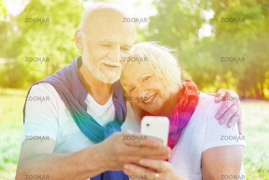 Paar Senioren macht Selfie mit Smartphone
