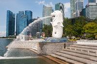 Singapur, Republik Singapur, Verlassener Merlion Park mit Skyline des Geschaeftsviertels waehrend Covid-19