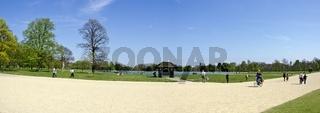 Sonniges Panorama am Teich im Kensington Garten  in London