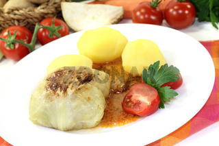 Kohlroulade mit Kartoffeln und Soße