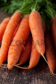 Haufen Karotten auf einer Holzplanke