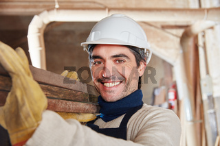 Mann als Arbeiter in Schreinerei