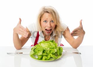 frau sitzt vor einem teller mit einem blattsalat