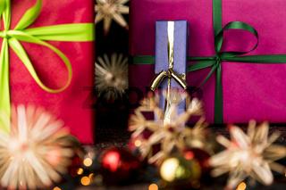 Geschenke, Bänder, Funkeln und Sterne