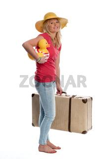 eine frau mit reisekoffer hält eine badeente