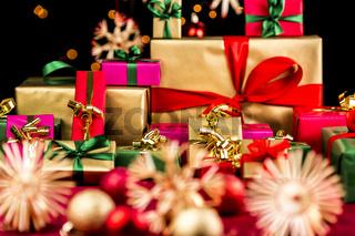 Haufen Weihnachtsgeschenke in einfachen Farben