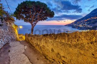 Kleine Gasse mit einer Pinie in Amalfi