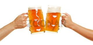 Hände stoßen mit Bier an