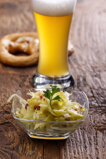 Bayerischer Krautsalat auf dunklem Holz