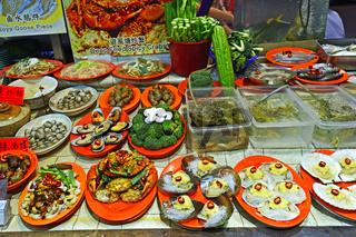 ausgestellte Gerichte eines Seafoodrestaurants auf dem Nachtmark