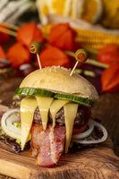 Monsterburger für Halloween auf Holz
