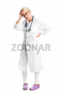 nachdenkliche ärztin mit stethoskop