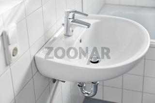 Waschbecken mit Wasserhahn im Bad zu Hause