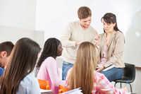Schüler neben Lehrer im Unterricht