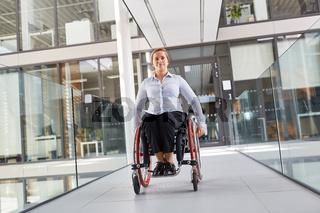 Rollstuhlfahrer unterwegs im barrierefreien Büro