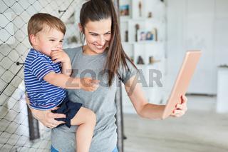 Mutter und Sohn haben Spaß beim Videochat