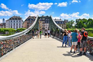 Eiserne Steg Brücke mit Schlössern in Frankfurt, Deutschland