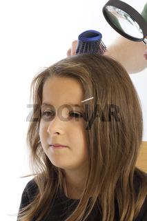 sechsjährige mit Kopfläusen (mr)
