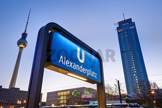 Eingang zur U-Bahn am Alexanderplatz, Berlin, Deutschland