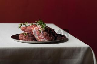 rohes Lammfleisch auf Leinenstoff