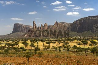 Savannenlandschaft der Hawzien Ebene mit dem Gheralta Bergmassiv, Hawzien, Tigray, Äthiopien