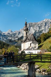 Der malerische Ort Ramsau in Berchtsgaden, Blick auf die Kirche an der Ramsau, Deutschland