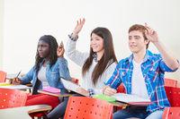 Schüler in Schule heben Hand