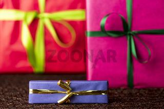 Drei Geschenke, Schleifen und Bänder