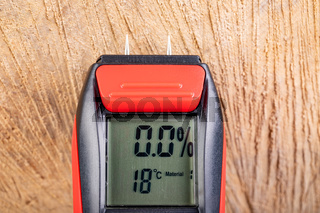 Wood moisture measurement using an electronic meter. Measurements in the home workshop.