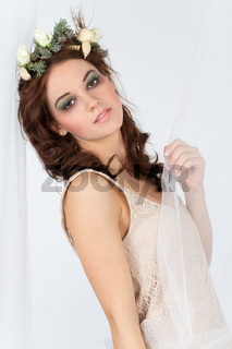 Junge Frau mit Blumengesteck als Kopfschmuck