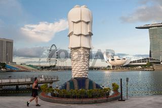 Singapur, Republik Singapur, Mann joggt durch den Merlion Park am Ufer in Marina Bay