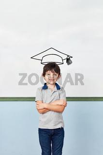 Schüler in Schule vor Dokturhut an Tafel