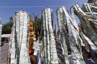 Geldspenden an einem Seil am Tempel Wat Arun in Bangkok - Donation of Bank Notes on a String at the Temple Wat Arun in Bangkok