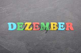 Begriff aus bunten Buchstaben auf Schieferplatte - Term from colorful letters on slate board