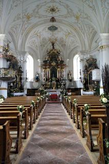 Hochzeitsdekoration in der Kirche