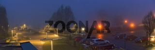 Leuchtende Lampen in Dunkelheit und Nebel