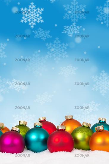 Weihnachten viele bunte Weihnachtskugeln Weihnachtskarte Karte Textfreiraum Copyspace Hochformat Dekoration Schneeflocken Schnee Winter