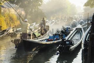 Langboote auf Kanal, Nyaung Shwe, Inle See, Myanmar, Asien