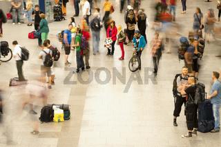Menschen mit unscharfen Umrissen, Hauptbahnhof, Dresden, Sachsen, Deutschland, Europa