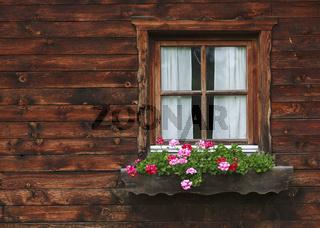 Blumengeschmücktes Holzfenster